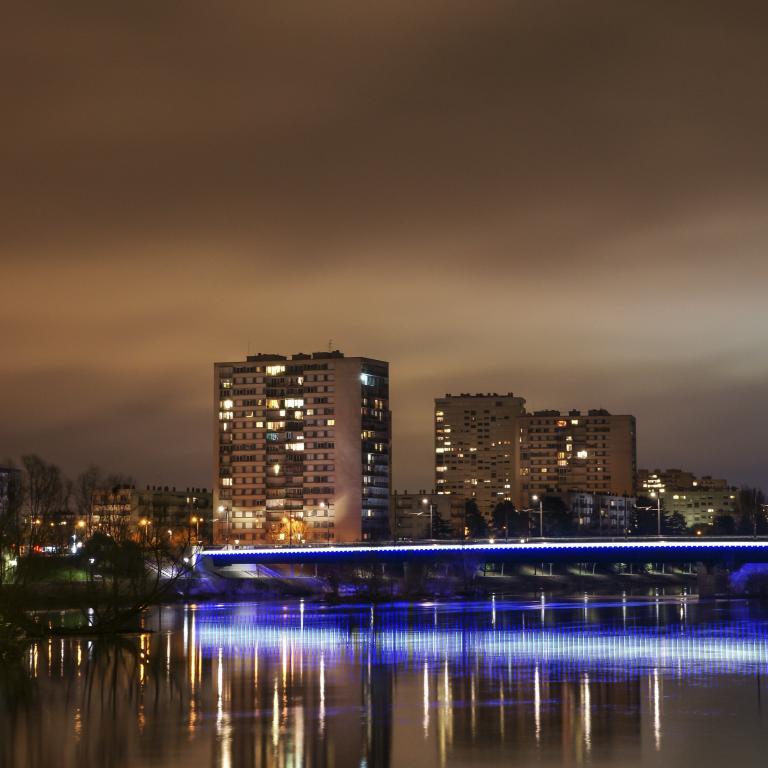 Quartier des rives du Cher et pont du tramway en premier plan - Mars 2015